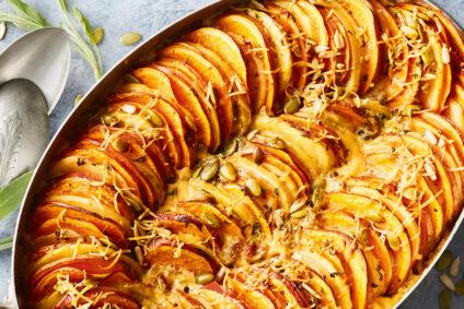 Kartoffel-Süßkartoffel-Auflauf in der Backform.