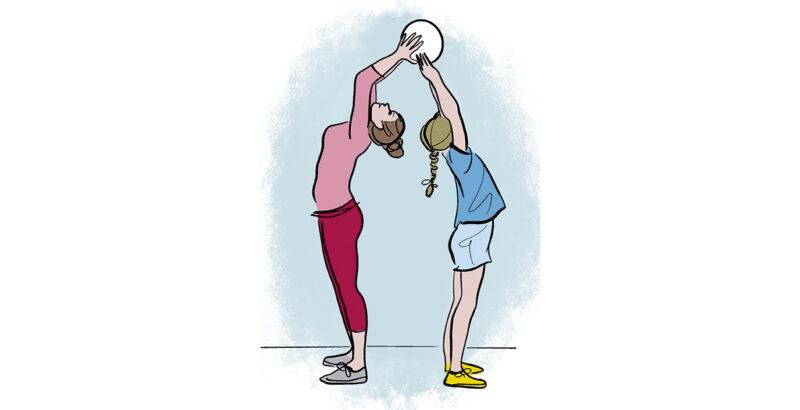 Illustration von Mutter und Tochter, die sich Rücken an Rücken stehend einen Ball übergeben.