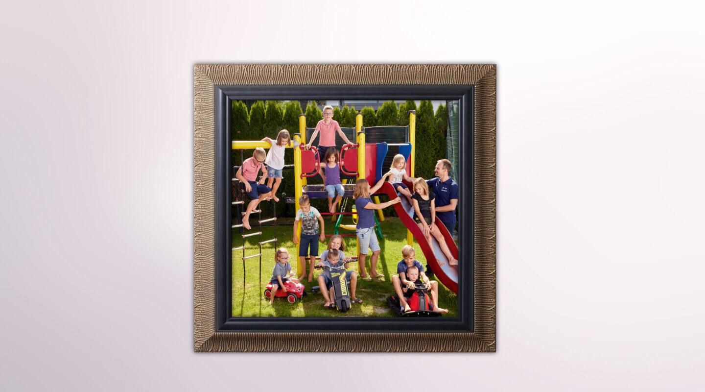 Foto einer Großfamilie, eingerahmt und an die Wand gehängt.