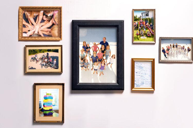 Bilderwand mit Fotos der Großfamilie